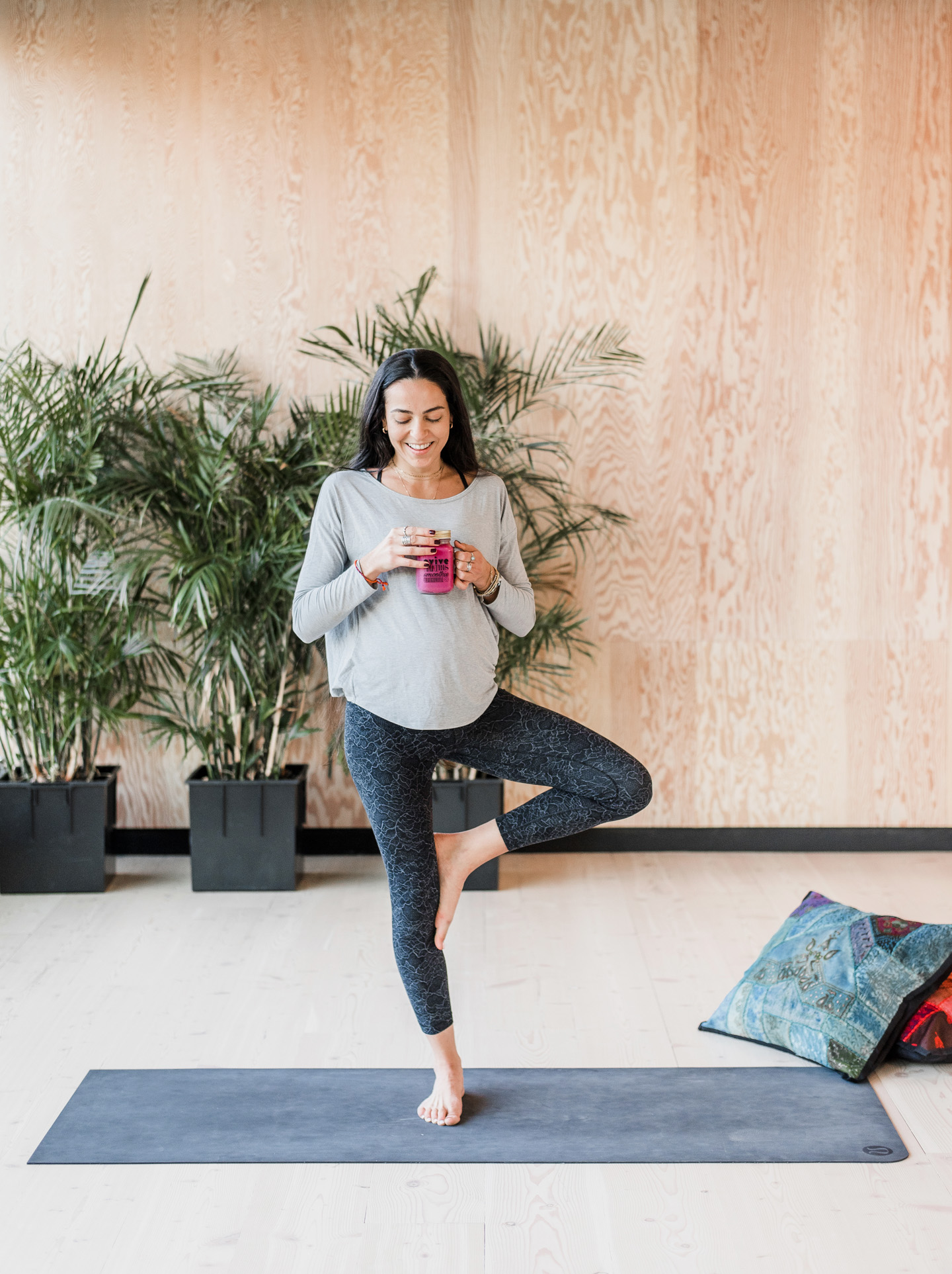 Une personne faisant du yoga. La présence attentive est une facette de cette activité.